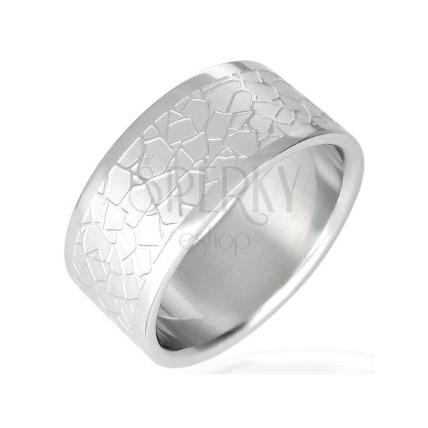 Steel ring with irregular pattern