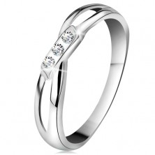 14K gold ring - three round diamonds in clear colour, split shoulders, white gold